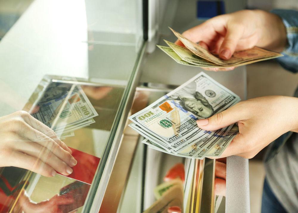 Лучше обменять валюту в аэропорту вылета или прилета?